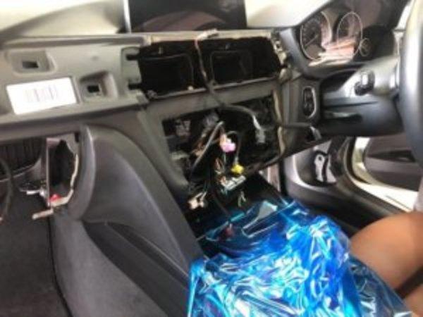 BMW F30 F31 F20系地デジチューナー取付のサムネイル